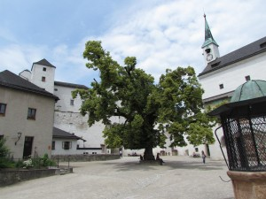 Dziedziniec zamku Hohensalzburg w Austrii