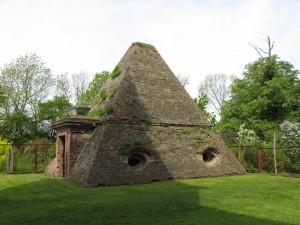 Grobowiec w kształcie piramidy w Rożnowie