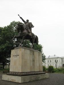 Konny pomnik Jana Zamoyskiego na tle Pałacu Zamoyskich w Zamościu