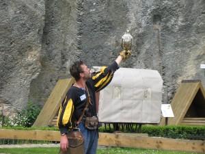 Pokaz tresury ptaków drapieżnych na zamku w Bouillon w Belgii