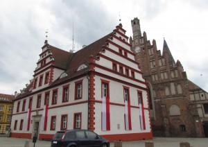 Renesansowy Ratusz i gotycki kościół na Placu Wolności w Lubsku
