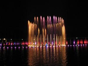 Kolorowa fontanna przy Hali Stulecia we Wrocławiu