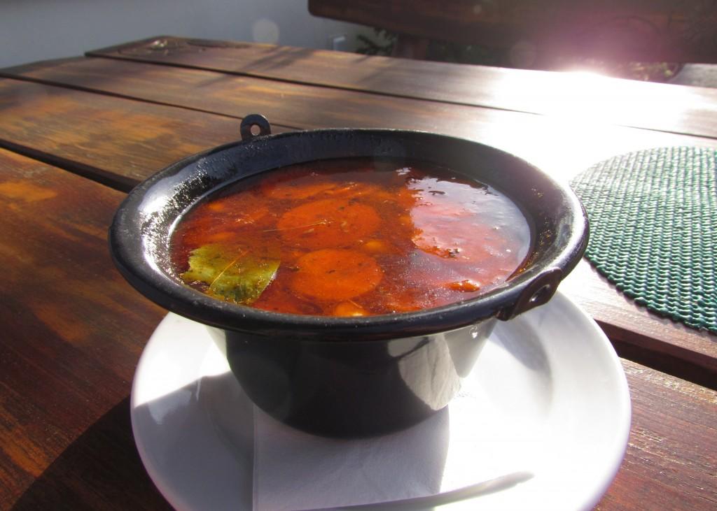 Prawdziwa zupa gulaszowa z warzywami i mnóstwem mięsa, pikantna i pożywna :-)