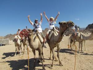 Przejażdżka wielbłądami w wiosce beduinów