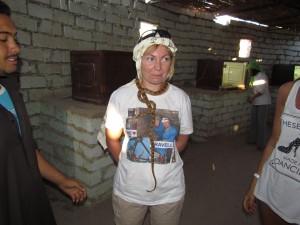 Naszyjnik z żywego węza w wiosce Beduinów w Egipcie