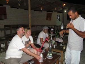 Palenie sziszy na jeep safari w Egipcie