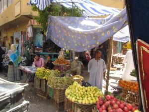 Targowisko w Luxorze w Egipcie podczas przejażdżki dorożkami