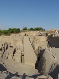Niedokończony obelisk w kamieniołomie granitu w Asuanie w Egipcie