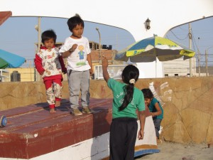 Dzieci bawiące się w Paracas