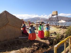 """Indianki śpiewające """"Vamos a la playa"""" na Wyspach Uros"""