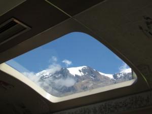 Widok na góry przez panoramiczne okno pociągu do Machu Picchu