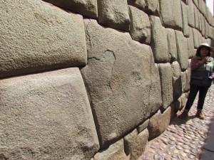 Dwunastokątny kamień - przykład doskonałego inkaskiego muru w Cusco