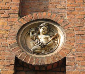 Medalion na fasadzie pałacu w Sobowidzu