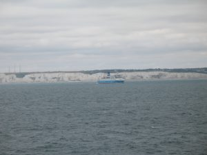 Białe klify w Dover widzane z promu
