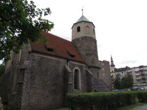 Romańska rotunda Św. Gotarda oraz gotycki kościół w Strzelinie