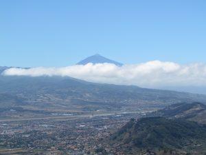 Widok na wulkan Teide górujący nad San Cristobal de la Laguna