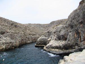 Przystań łodzi pływających do Blue Grotto