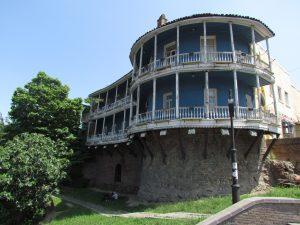 Mury miejskie Tbilisi nadbudowane budynkami z tradycyjnymi balkonami