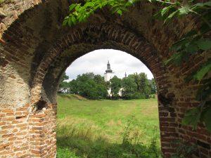 Widok z ruin budynku bramnego na kościół zamkowy w Dankowie