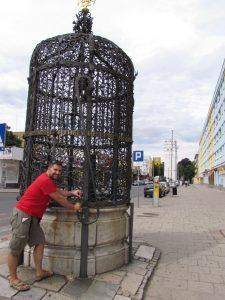 Piękna Studnia oraz w tle Wieża Bramy Wrocławskiej w Nysie
