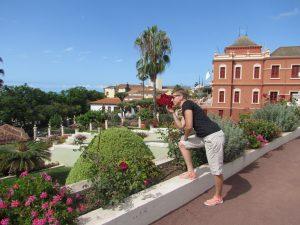 Ogrody Victoria z Liceo de Taoro w tle w La Orotava na Teneryfie