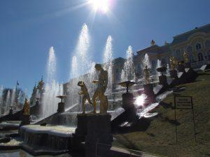 Wspaniałe fontanny w ogrodach Peterhofu