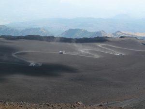 Terenowe busy wjeżdżające na Etnę