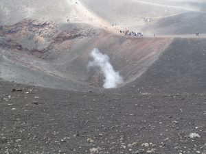 Dymiący krater u podnóża Etny