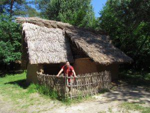 Rekonstrukcja osady neolitycznej w Rezerwacie Archeologicznym Krzemionki Opatowskie