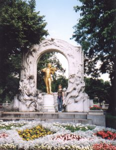 Złoty pomnik Johanna Straussa w Wiedniu w Austrii