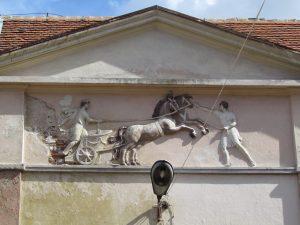 Płaskorzeźba na budynku folwarcznym przy zamku w Domanicach