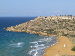 Widok na Zatokę Ramla oraz w oddali na Jaskinię Calypso