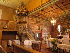 Wnętrze kościoła drewnianego p.w. Św. Jadwigi w Rybnicy Leśnej