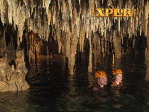 Pływanie podziemną rzeką w jaskini stalaktytowej w Xplor