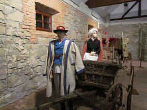 Wystawa strojów regionalnych w Skansenie w Szymbarku