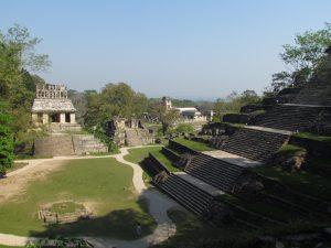 Widok z Świątyni Liściastego Krzyża, na Świątynię Słońca na wprost, Świątynię Krzyża po prawej i Pałac w głębi