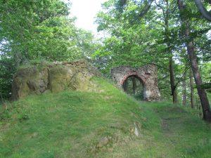 Ruiny zamku Nowy Dwór w Wałbrzych w dzielnicy Podgórze