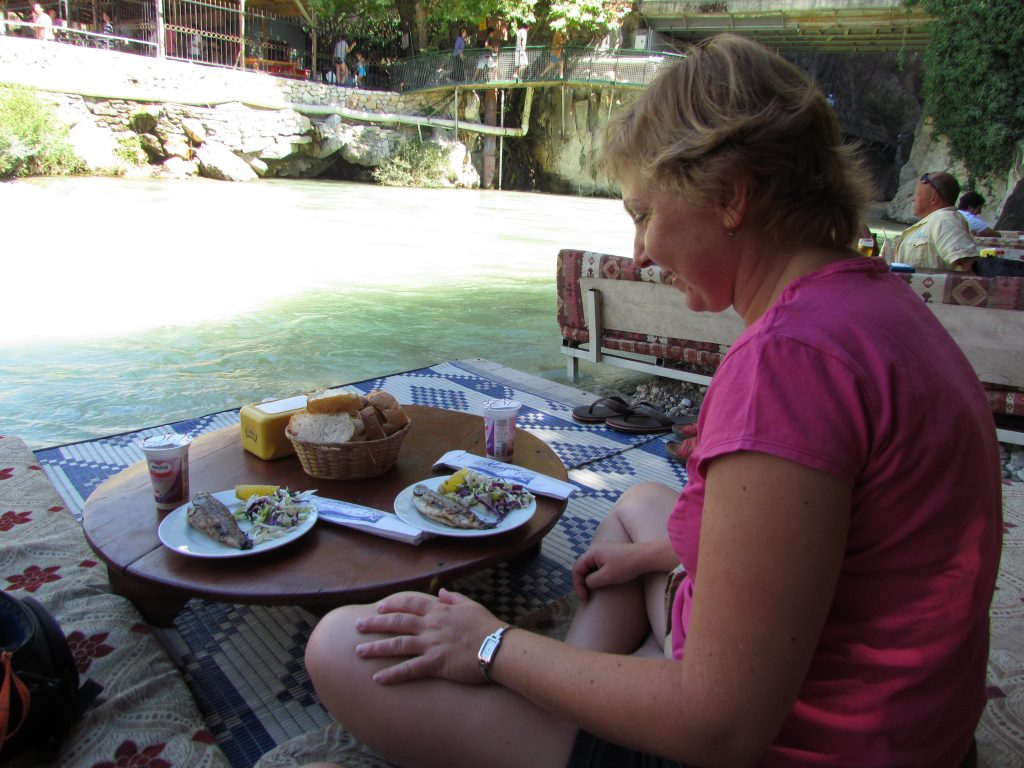 Podczas konsumpcji balika (ryba) z ayranem (jogurt) w Wąwozie Saklikent