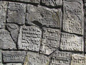 Macewy wmurowane w mur otaczający Synagogę Starą w Pińczowie