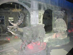 Rzeźby lodowe w Santa Park w Rovaniemi w Finlandii