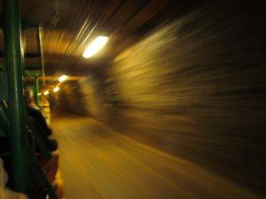 Przejazd kolejką w kopalni soli w Bochni