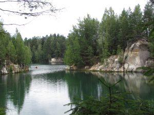 Jezioro Piskovna w Skalnym Mieście Adršpach w Czechach