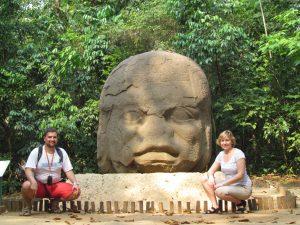 Słynna głowa Olmeków w Parque - Museo La Venta