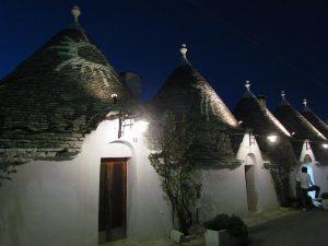 Alberobello wieczorem