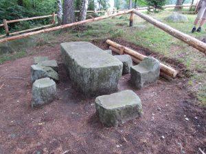 Pomnik średniowiecznego prawa, czyli stół sędziowski w Kochanowie