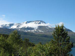 Jadąc przez Alpy Lyngen w Norwegii