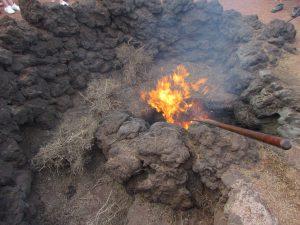 Pokaz samozapłonu chrustu w Parku Narodowym Timanfaya na Lanzarote