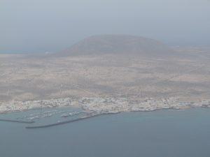 Widok z Mirador del Rio na Lanzarote na wyspę Graciosę