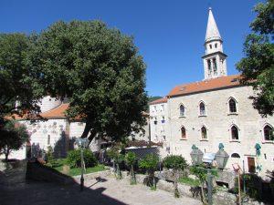 Budva - po lewej Cerkiew Trójcy Świętej, a po prawej Katedra Świętego Jana