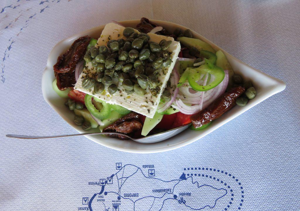 Lunch w Akrotiri Beach - sałatka santorińska